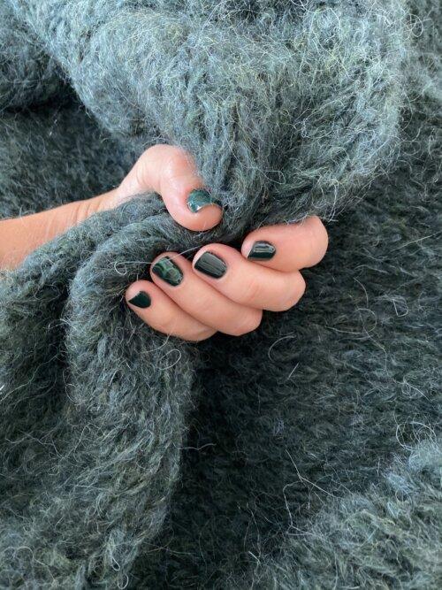 Manicure, nagels met gellak en versiert door middel van stempels